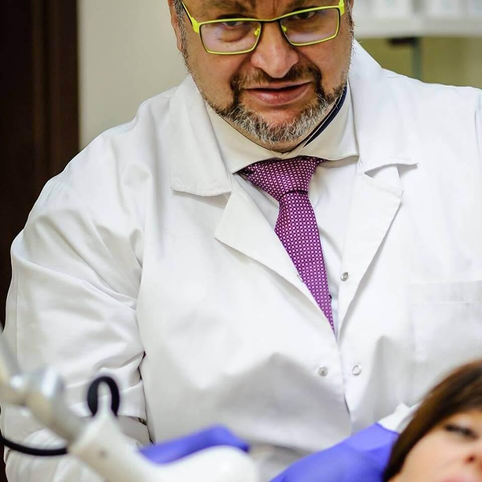 Od marzeń do spełnienia - wywiad OLLIE z dr Krzysztofem Kwelą - Dr Kwela w swoim gabinecie