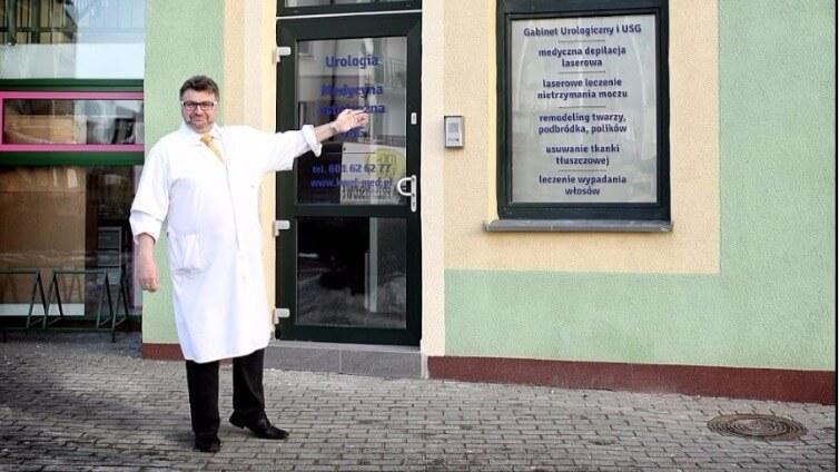 Od marzeń do spełnienia - wywiad OLLIE z Dr Krzysztofem Kwelą: Dr Kwela przed swoim gabinetem